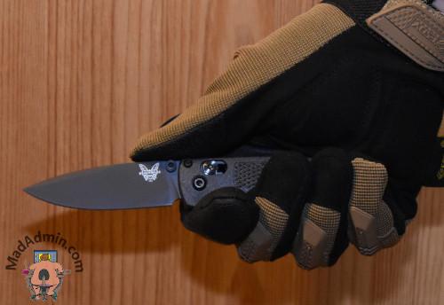 Benchmade Mini Bugout CF kézben